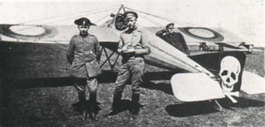 Ivan Smirnoff met een tijdens de eerste wereldoorlog gevangen genomen Duitse soldaat begin 1917