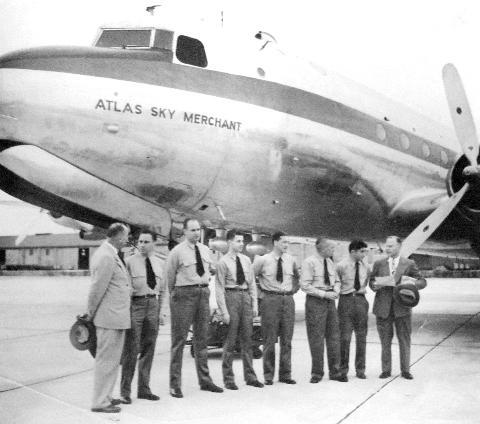 Ivan Smirnoff (helemaal links) bij de overdracht van een nieuw vliegtuig, de Atlas Sky Merchant