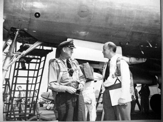 Ivan Smirnoff (links) en Joe Towle discussiëren over de bouw van een nieuwe Lockheed