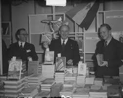 Iwan Smirnoff (midden) op een beurs met luchtvaartboeken, 3 maart 1954 (J.D.Noske)