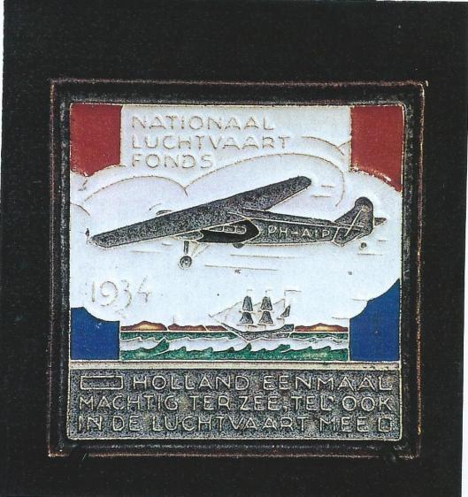 Tegeltje in herinnering aan de Pelikaan-kerstvlucht 1933 vervaardigd door plateelbakkerij Gouda