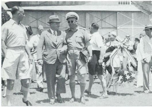 Smirnoff is op Andir gehuldigd t.g.v. zijn 50ste Indië-vlucht. Simin draagt de krans. Achter Ir. Waasdorp (met hoed), Sam de Mul, later directeur van Schiphol; in donkere shorts: Jan Hondong