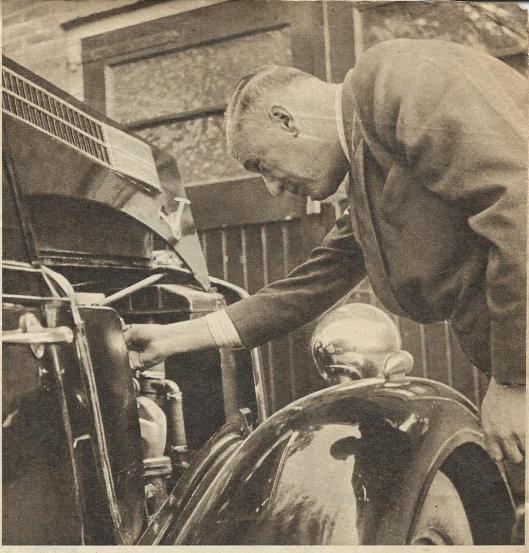 Evenals het omgaan met vliegtuigen, waren er voor de technisch aangelegde Smirnoff niet veel geheimen in de motor van zijn auto. Hier bij zijn huis in Heemstede gefotografeerd.