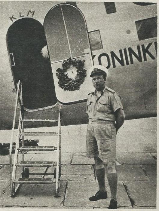 Bij de start van Smirnoff's 50ste Indië-vlucht kort voor de oorlog bleken vriendschappelijke handen een lauwerkrans aan de cabinedeur te hebben opgehangen.