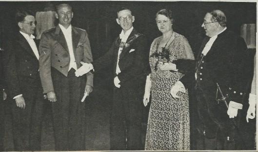 Dankzij een actieve Albert Plesman (1899-1953), eerst administrateur en vervolgens directeur van de KLM breidde het net van luchtjijnen in de jaren 20 van de vorige eeuw allengs uit. Op deze afbeelding de opening van de dienst op Hull in Engeland. De burgemeester van Hull, derde van links, spreekt Vlieger Smirnoff toe.