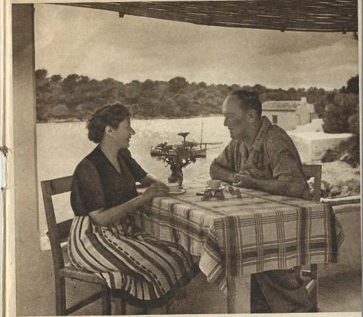 Iwan Smirnoff samen met zijn vrouw op het terras van hun huis in Mallorca aan de baai van Côte d'Or.