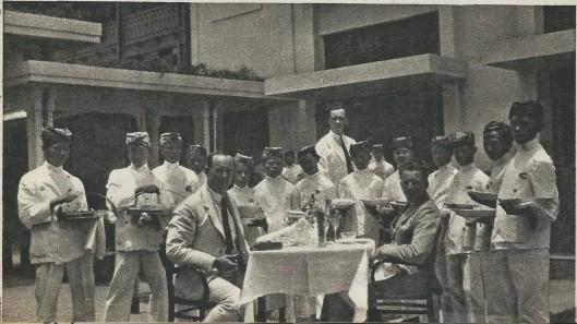 Na Batavia ontving de bemanning van de Pelikaan vervolgens in Bandoeng een wel zeer uitvoerige rijsttafel