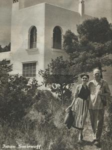 Iwan Smirnoff met zijn vrouw Niki Redwood voor hun villa aan de Houden Baai in Mallorca (De Spiegel, nr.4. 1925)