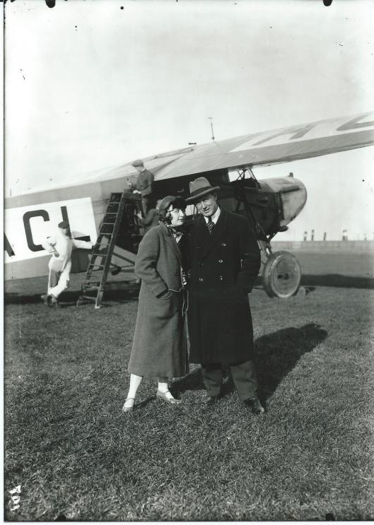 Iwan Smirnoff met zijn Deense echtgenote voor het Fokker-toestel dat vliegklaar wordt gemaakt