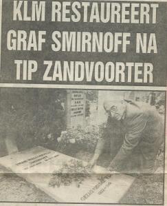 Zandvoorter Cor Draijer spreidt de bloemen uit over het Heemsteedse graf van Smirnoff (de Koerier, 22 oktober 1986)