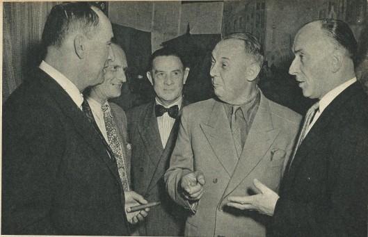 In etablissement de Paardenburg te Ouderkerk aan de Amstel halen oude bekenden herinneringen op. Van links naar rechts: Iwan Smirnoff, Pierre Cuypers, Jan Hondong en vlieger-publicist Willem van Veenendaal (De Spiegel, 1952)