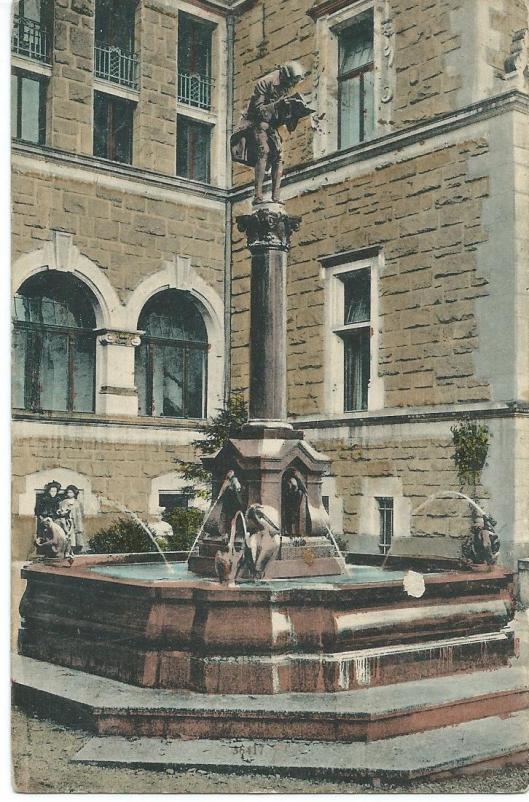 Beeld van 'Der Bücherwurm' bij een fontein geplaatst voor de Murhard-bibliotheek in Kassel. Naar Spitzweg vervaardigd door Vohenstrauss Johan Seltmann, Bavaria