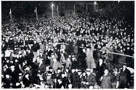 Ondanks kou en regen stonden zo'n 20.000 mensen op Schiphol 's avonds te wachten om de bemanning van de Pelikaan voor hun recordvlucht naar Indië bij terugkeer te verwelkomen
