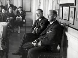 Iwan Smirnoff (rechts) en naast hem collega-vlieger Pier Soer bij het huwelijk van werktuigkundige C.H.Beukering, 6 oktober 1934 (Wiel van den Randen, Nationaal Archief)