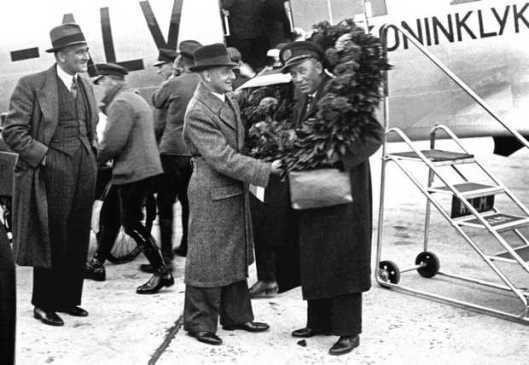 Iwan Smirnoff werd 25 oktober 1938 gehuldigd bij aankomst op Schiphol na zijn 40ste retourvlucht naar Nederland Oost-Indië (foto J.D.Noske)