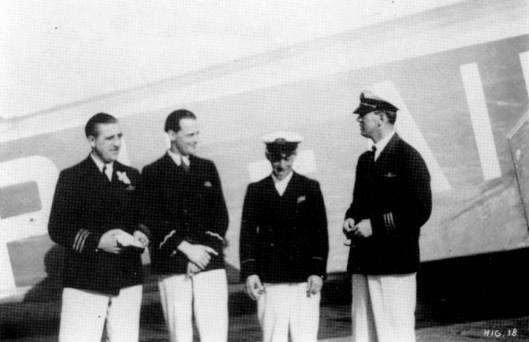 Poserend voor de Pelikaan, van links naar rechts Piet Soer, C.H.van Beukering, J.M.H.Grosfeld en Iwan Smirnoff