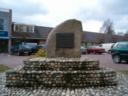 Voor vlieger Piet Soer, op 4 juni 1903 geboren in Havelte, is dit monument opgericht in zijn geboorteplaats, tegenwoordig gemeente Westerveld. Soer verongelukte op 6 april 1935 met het vliegtuig de 'Leeuwerk' bij Bilon in Duitsland (Sauerland)