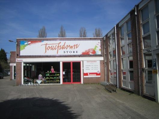Waar garage Kunst zat bevindt zich nu tijdelijk een vestiging van Dorcas
