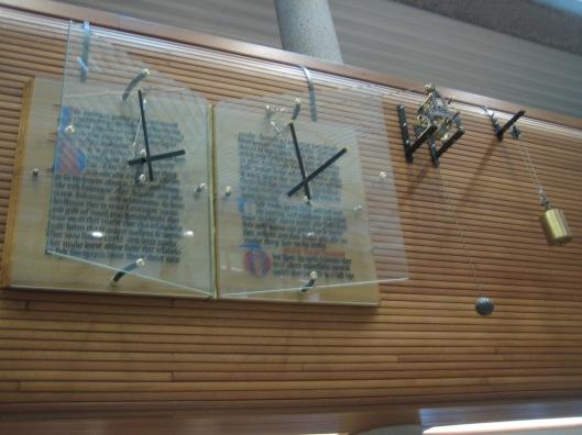 Klok tegen manuscriptmonument in Tresoar, Leeuwarden