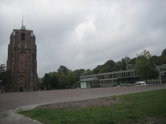 Tresoar (rechts) naast middeleeuwse Oldehove-kerktoren in Leeuwarden