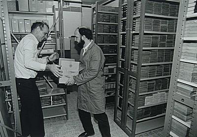 Bibliothecaris Jan Alleblas en archivaris Joan van Albeda ontruimen net op tijd de in de kelder van het Dordrechts gemeentearchief gelegen koelcel in verband meteen dreigende hoge waterstand, 31-1-1995.