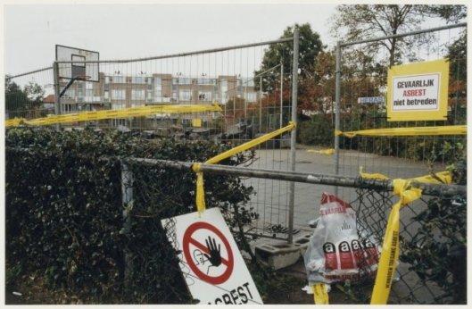 Verwijdering van asbest op het speelterrein van het Bullehofje te Haarlem, 1997 (Poppe de Boer, NHA)