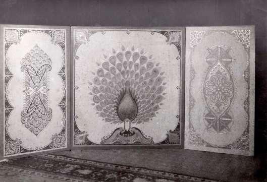 Kunstenaar Willem Jelsma ontwikkelde in 1919 een procedé om asbestplaten van schilderingen te voorzien. Op deze foto een art deco decoratie getoond op de Jaarbeurs in 1919