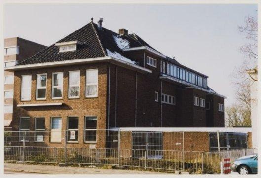 Henricus-mavo aan de Herenweg in Heemstede met voor het raam een affiche met waarschuwing voor asbest. 1999. Na afbraak is op deze plek het appartementencomplex 'Westerduin' gebouwd in 2000.