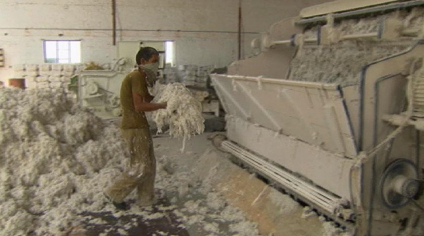 Interieur van een asbestfabriek in Ahmedabad, India