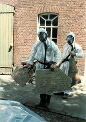 Vernietiging van kruiswegstatie Sint Petruskerk Boxtel in 1997, vanwege het gebruik van Eternit-asbestplaten (foto Piet Rood)