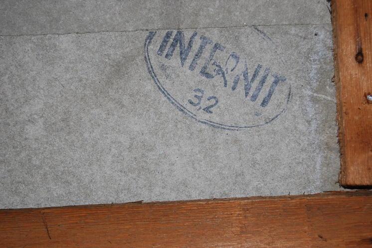Voorbeeld van asbestplaat; leverancier Internit; bedrijfsnaam Eternit.