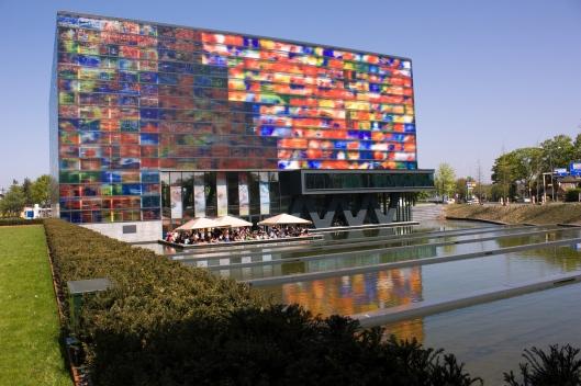 Exterieur van instituut Beeld en Geluid in Hilversum