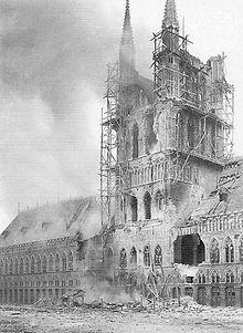 De Belforttoren met historisch archief van Ieper, 22 november 1914 door Duitse bezetters in brand geschoten
