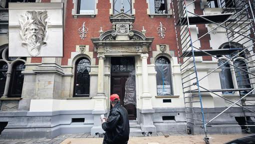 Het vm. gemeentearchiefgebouw is aangekocht door het consulaat van Angloa. Die gaf eind februari 2015 zonder overleg opdracht de voorgevel wit te schilderen. Vanwege de kwetsbare zandsteen is het gebouw, een rijksmonument, daarmee onherstelbaar bgeschadigd.