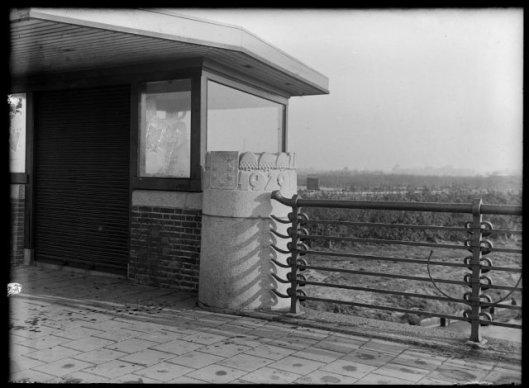 Nog een foto van de in 1929 gebouwde brug over de Zandvaart aan de Heemsteedse Dreef met hekwerk van Coppens