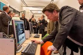 Wethouder Piet Sleeking van Dordrecht bij de opening van de nieuwe studiezaal van het Regionaal Archief Dorecht in het Hof van Nederland