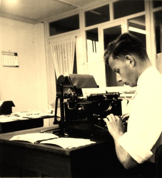 De jonge Bob van der Lans als kantoorklerk bij de firma Roest in Heemstede, zijn eerste baantje. Hij werd professioneel fotograaf in Hillegom