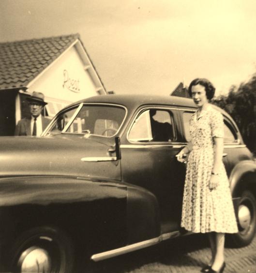 De heer en mevrouw Lenderink voor het bedrijf van Roest aan de Kanaalweg (foto Bob van der Lans)