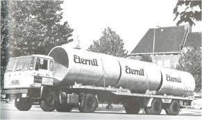 Een vrachtwagen van asbestbedrijf Eternit