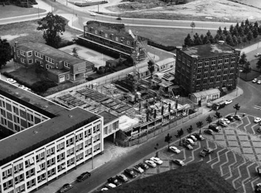 Gelders archiefgebouw aan de Markt in Arnhem in aanbouw medio jaren 60. Daar het in de oorlog beschadigde rijksarchiefgebouw uit 1879 was beschadigd is het omstreeks 1970 gesloopt.