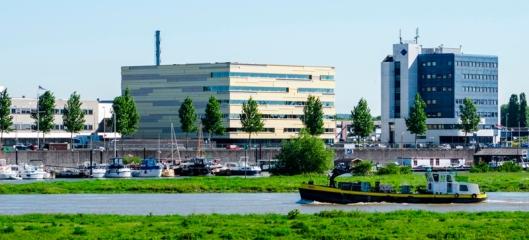Het nieuwe Gelders Archief aan de overzijde van de Rijn
