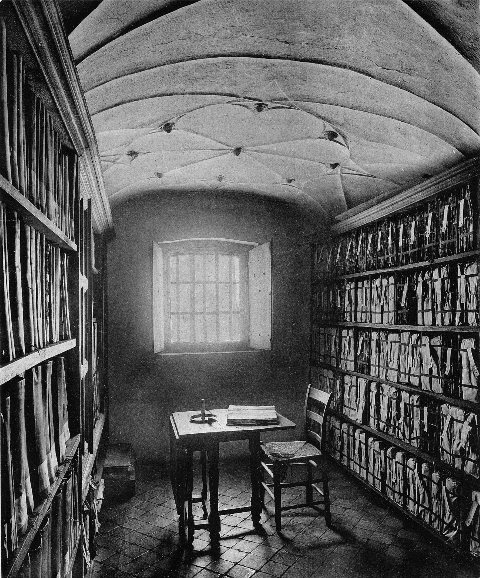 Het 'ijzeren archief' in het Gemeenlandshuis aan de Breestraat in Leiden op een foto uit 1902