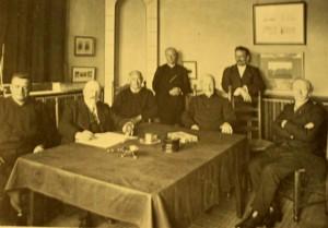 Cornelis Jacobus Gonnet (1842-1926), op deze foto helemaal rechts kwam op 14-jarige leeftijd als volontair in dienst van de gemeente Heemstede. Van klerk klom hij op tot archivaris met uiteindelijk de functies van gemeente-, provinciaal en rijksarchivaris