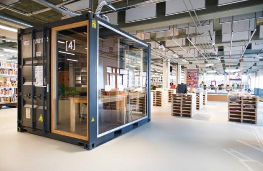 Interieurfoto van 'de Chocoladefabriek' met streekarchief en openbare bibliotheek Gouda