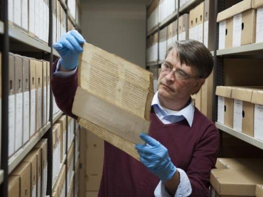 In het archief van Noordwest-Veluwe in Harderwijk werd in 2012 een dubbelbeschreven bijbeluitleg uit de elfde eeuw ontdekt (foto Ruben Schipper, de Stentor)