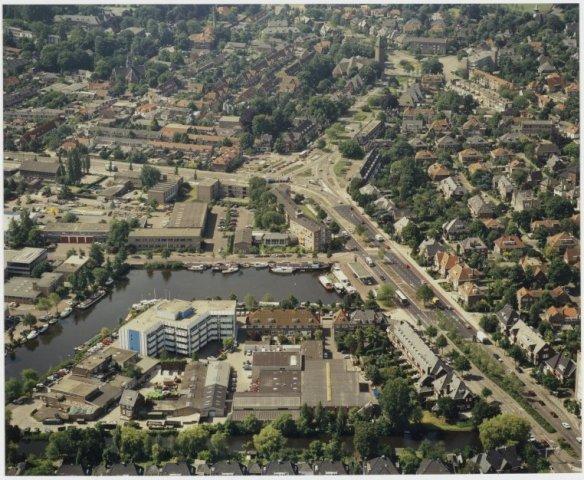 Luchtfoto van het havengebied Heemstede. Rechts de Heemsteedse Dreef; vooraan de huizen van de Johannes Verhulstlaan en de Zandvaart (NHA-Poppe de Boer).