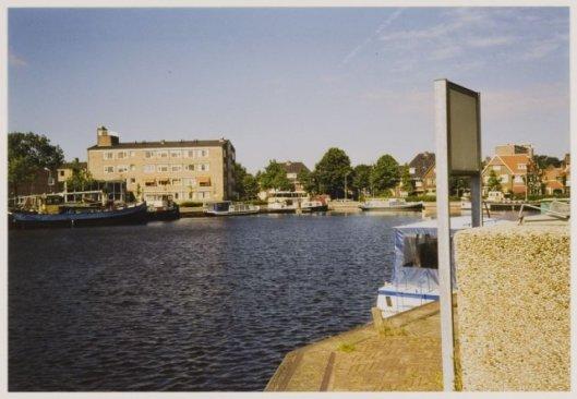 De haven met op de achtergrond zorginstelling De Olijftak, gezien in westelijke richting, 1988.