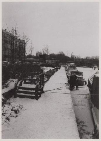 De haven met links aan de Havenstraat, hoek Kanaalweg het gebouw van ziekenfonds Spaarneland in 1985
