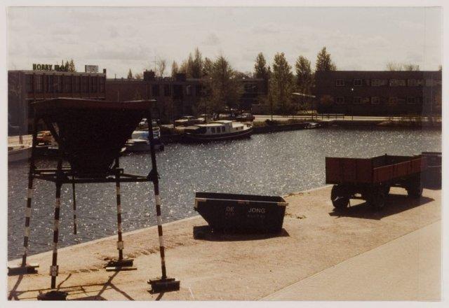Activiteiten van zandbedrijf De Jong aan de Kanaalweg, 1982 (NHA)