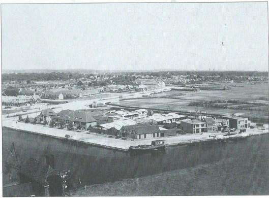 Gezicht op woningbouw en industrierrein Haven/Kanaalweg op een foto uit 1930. Op de hoek Teeuwen's kolenhandel, links daarvan woningblok Havenstraat 53-63, daarachter I.C.Collet houthandel/timmerfabriek, na 1939 Nefabas asbestfabriek